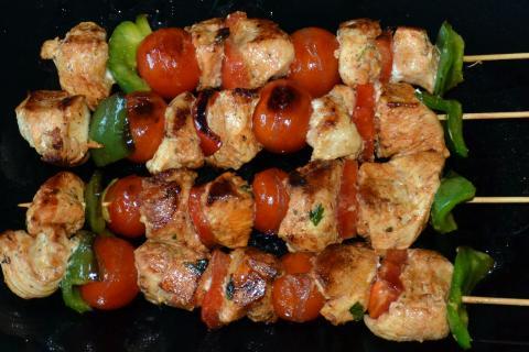 Brochetas de pollo y hortalizas